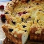 עוגת גבינה של פעם עם פירות יער ושטרוייזל