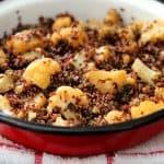 תבשיל קינואה אדומה עם כרובית וחצילים
