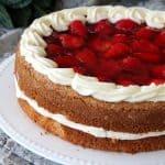 עוגת תותים וקצפת עוגת יום הולדת חגיגית