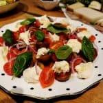 סלט קפרזה מתכון – מתכון לסלט קפרזה איטלקי עם  עגבניות וגבינת מוצרלה טרייה
