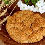 לחמניות בייגלה ירושלמי עם שומשום במלית גבינה